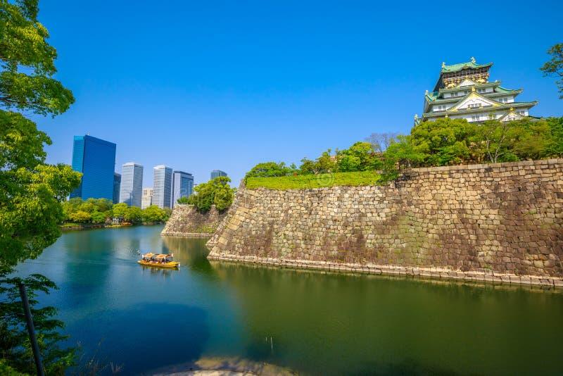 Osaka Castle e skyline imagem de stock royalty free