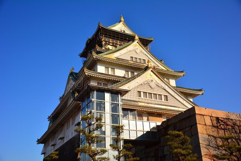 Osaka Castle, het groene kasteel met gouden tijgeremblemen stock afbeelding