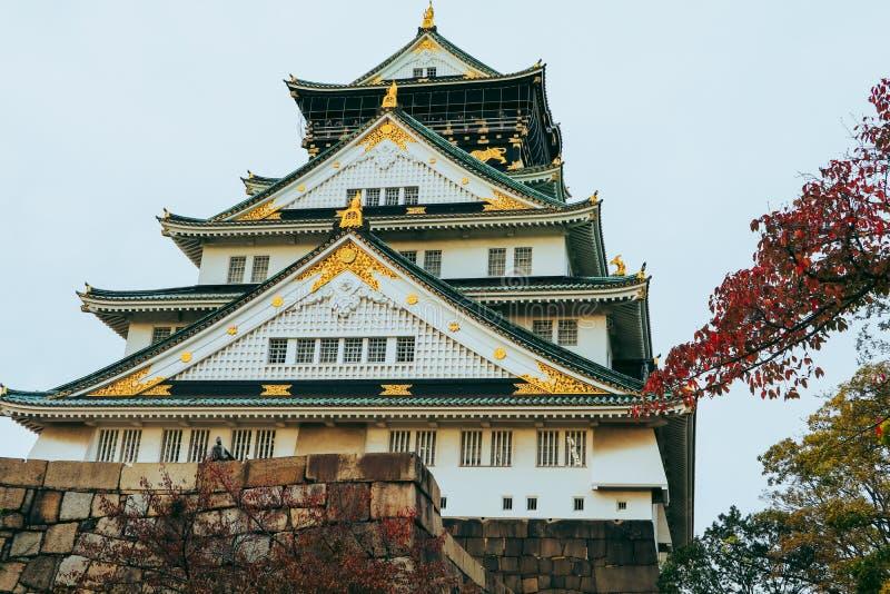 Osaka Castle i höstsäsong, en av den mest berömda gränsmärket fotografering för bildbyråer