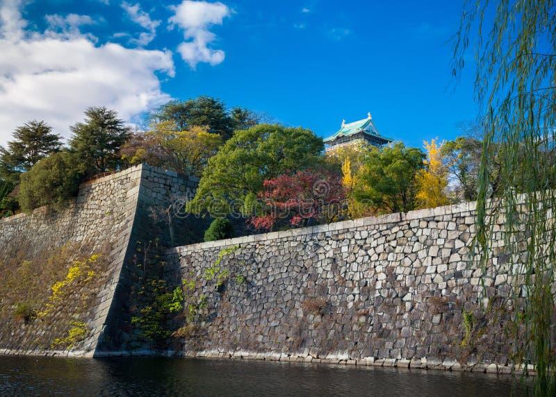 Osaka Castle im Herbst stockfotos