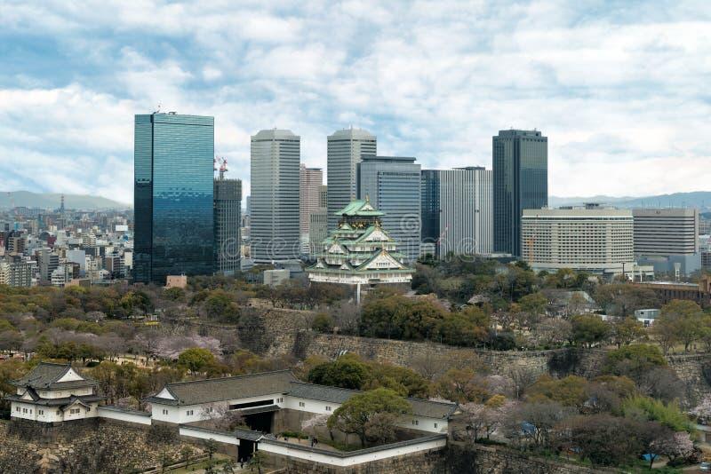 Osaka Castle met van Bedrijfs Osaka park financieel district in Osak stock fotografie