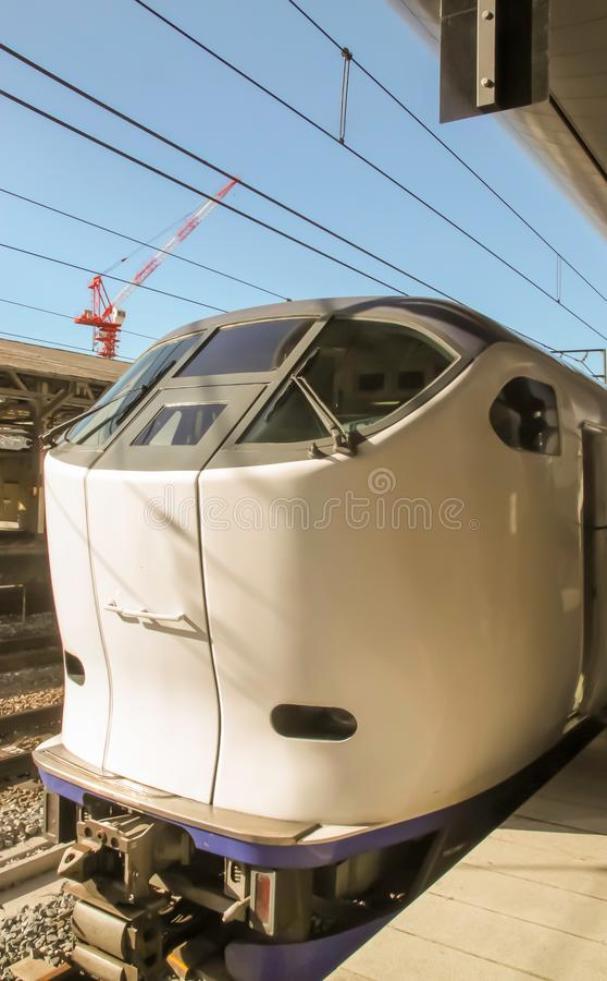 Osaka - 2010: Det Japan kuldrevet ankommer på en station arkivbild
