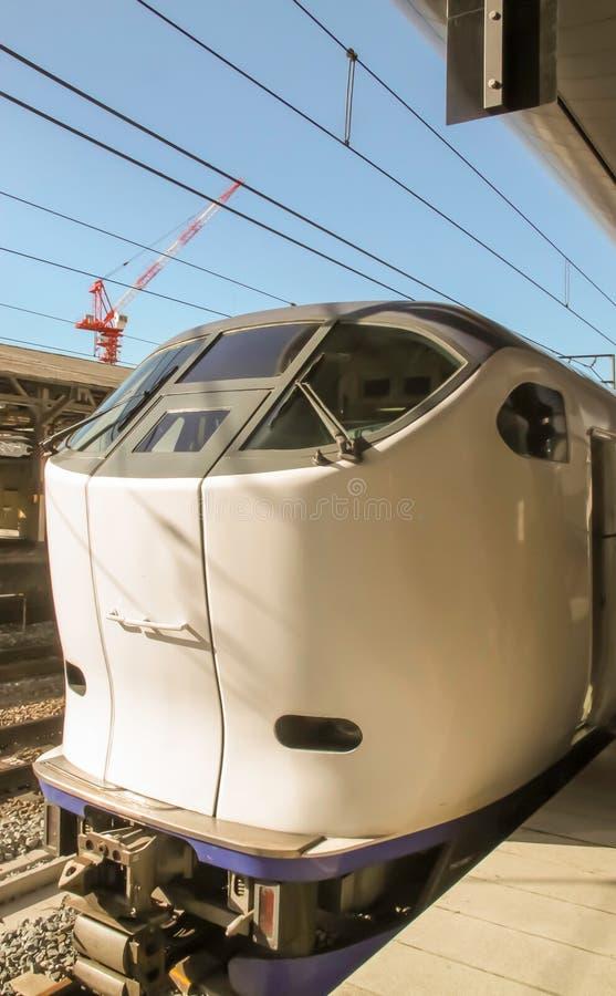 Osaka - 2010: El tren de bala de Japón llega una estación fotografía de archivo