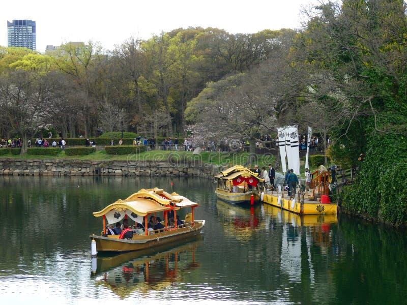 Osaka, Giappone 2 aprile 2016 - turista sul pilastro di un Wasen dorato (Osaka Castle Gozabune) fotografia stock libera da diritti