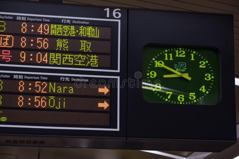 OSAKA, GIAPPONE - 30 GENNAIO 2018: Sospiro giapponese delle rotaie e dell'orologio di JUNIOR che mostra gli orari di partenza in  fotografie stock