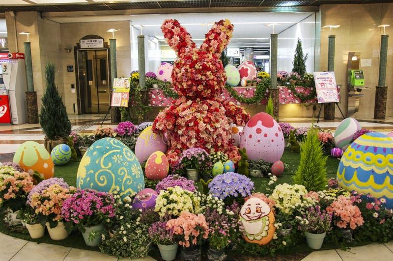 OSAKA, GIAPPONE - 29 MARZO 2019: Coniglietto del fiore di Pasqua ed uova di Pasqua nel sottopassaggio alla stazione della metropo fotografia stock