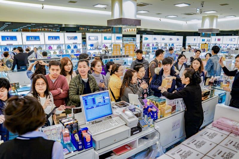 Osaka, Giappone - 4 marzo 2018: I turisti ed i viaggiatori ascoltano e negoziano con le vendite in duty-free, Oaska, Giappone fotografie stock libere da diritti