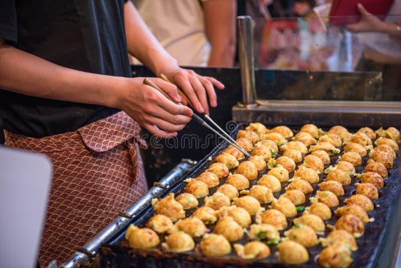 Osaka, Giappone Okonomiyaki fotografia stock libera da diritti