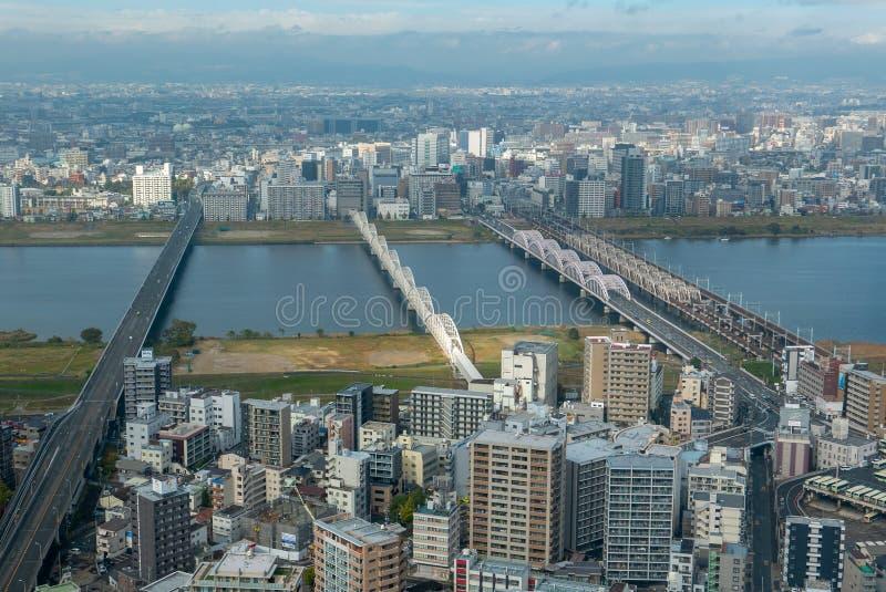 Osaka horisont med flera broar i Osaka, Japan fotografering för bildbyråer