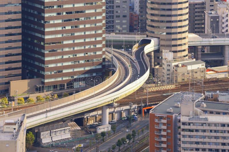 Osaka horisont med huvudvägen till och med dess byggnad på solnedgången royaltyfri foto