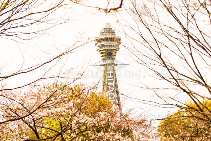 Osaka, JAPÃO - CERCA do abril de 2019: A torrede Tsutenkaku é uma torre e um marco conhecido de Osaka, Japão e anuncia Hitachi imagens de stock
