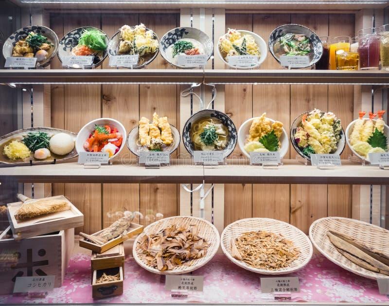 OSAKA, JAPÃO - 12 DE ABRIL DE 2017: Menu modelo da exposição do alimento do restaurante de Japão fotografia de stock royalty free
