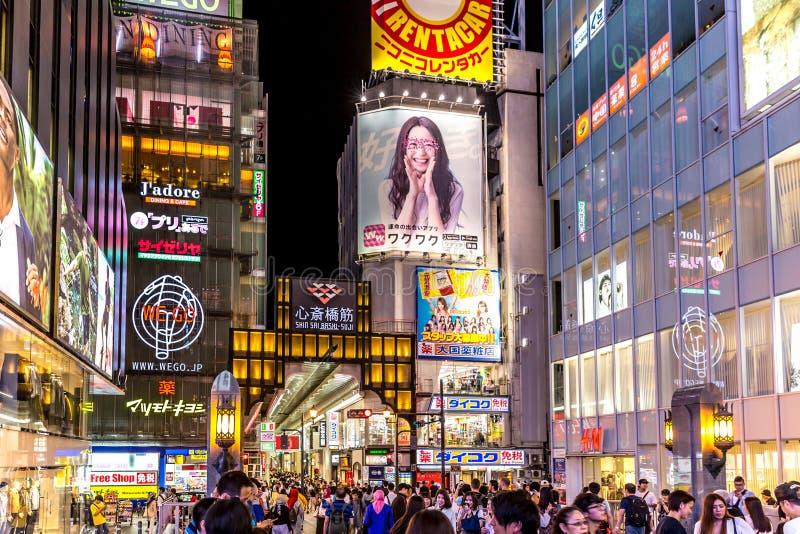 Osaka, Japão - 20 de setembro de 2018 - grupo de pessoas grande que anda em uma compra do ar livre em Osaka na cidade, perto da p foto de stock