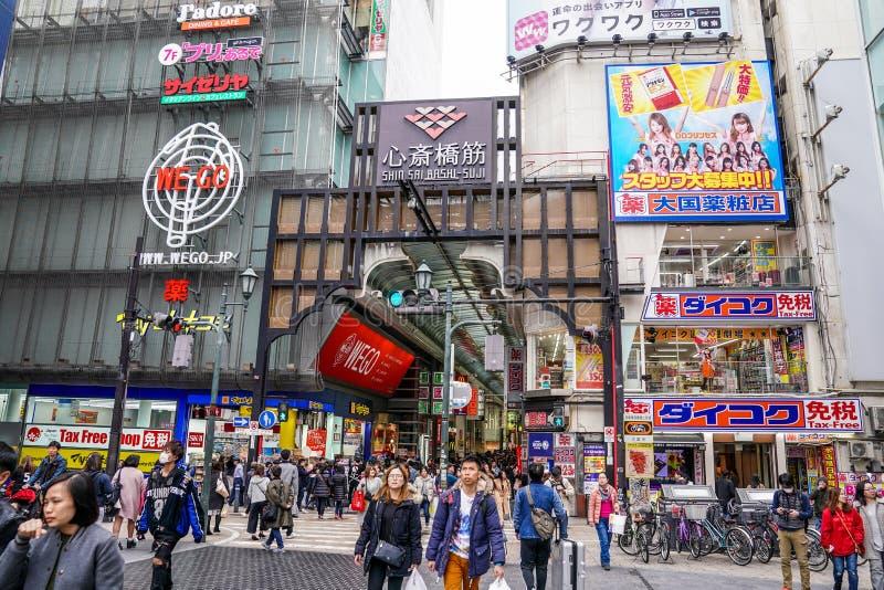 Osaka, Japón - 3 de marzo de 2018: El pueblo japonés, viajeros, turistas, es que hace compras y de cena en apresurar de la calle  foto de archivo
