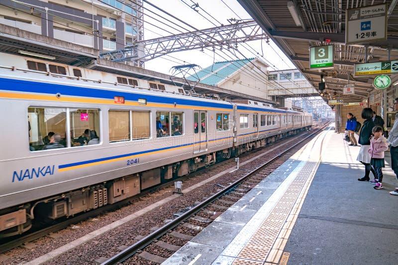 Osaka, Japón - 3 de marzo de 2018: Estación de tren y ambiente de la plataforma en la estación por la tarde, Osaka, Japón de Saka fotografía de archivo