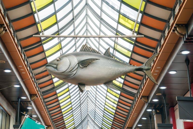 Osaka, Japón - 3 de marzo de 2018; la estatua grande de los pescados fue colgada encendido al techo en mercado de pescados en el  fotografía de archivo