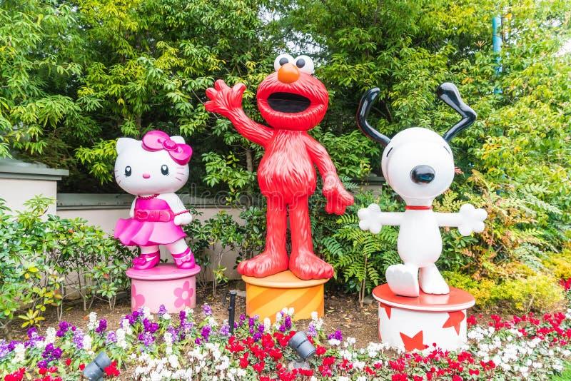 OSAKA, JAPÓN - 21 DE NOVIEMBRE DE 2016: Elmo, Kitty y Snoopy en Halloween fotografía de archivo