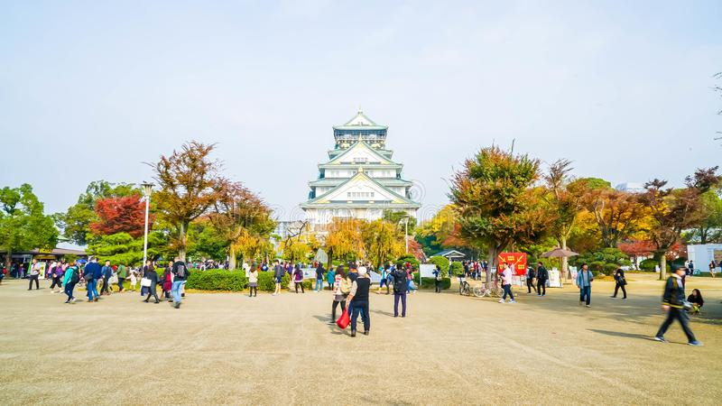 OSAKA, JAPÓN - 20 DE NOVIEMBRE: Visitantes apretados en Osaka Castle Park I fotos de archivo