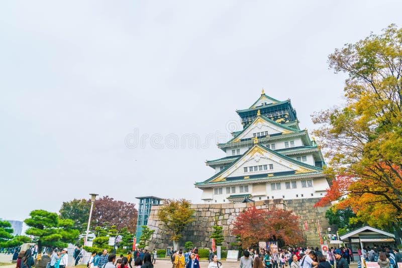 OSAKA, JAPÓN - 20 DE NOVIEMBRE: Visitantes apretados en Osaka Castle Park I fotos de archivo libres de regalías