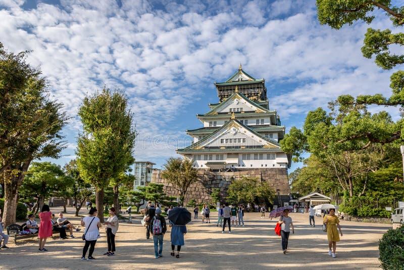 Osaka, Japón - 20 de septiembre de 2018 - turistas que caminan alrededor de Osaka Castle en un día hermoso del cielo en Osaka, Ja foto de archivo
