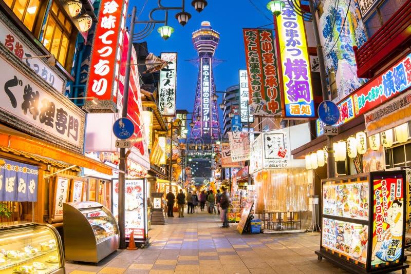 Osaka Japan - 20 de março de 2015: A torre de Tsutenkaku é um marco famoso de Osaka, Japão e anuncia Hitachi foto de stock royalty free