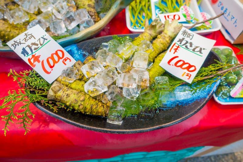 OSAKA, JAPAN - JULI 18, 2017: De verse wasabiwortel wordt verkocht langs de straat bij de markt van Kuromon Ichiba, Nipponbashi,  stock fotografie