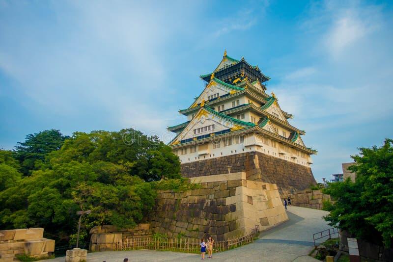 OSAKA JAPAN - JULI 18, 2017: Osaka Castle i Osaka, Japan Slotten är en av Japan ` s mest berömda gränsmärken royaltyfria bilder