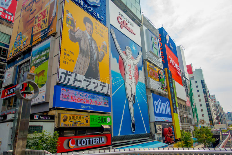 OSAKA, JAPAN - 18. JULI 2017: Tagesansicht von Zeichenanzeigen an Numba-Bereich, an einem bewölkten Tag in Osaka City, Japan stockbild