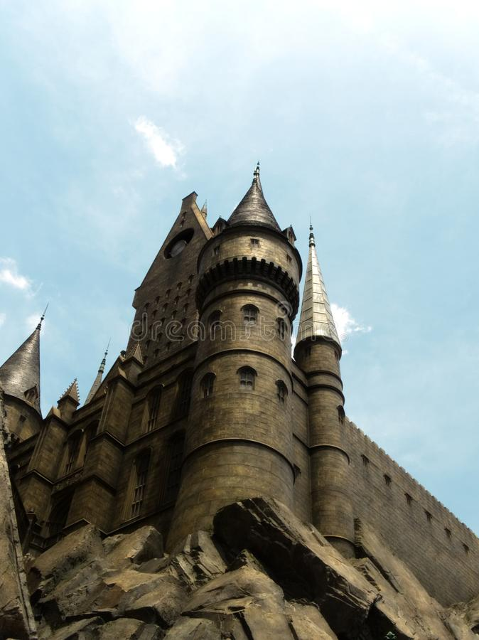 Osaka Japan - kan 15, 2019: Den Hogwarts skolan av häxeri och trolldom royaltyfria foton
