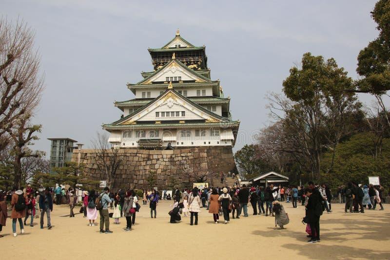 OSAKA, JAPAN - MAART 29, 2019: Vele mensen bezoeken Ocaka-kasteel, een Japans oud kasteel als symbool of oriëntatiepunt in Osaka stock foto's