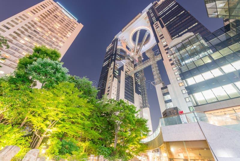 OSAKA JAPAN - MAJ 28, 2016: Den Umeda himmelbyggnaden på natten Det arkivbild