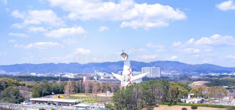 Osaka Japan - mars 26 2019: Den flyg- sikten av tornet av solen, Taiyo No To, expo '70 i Suita expoåminnelse parkerar Bampaku royaltyfri bild