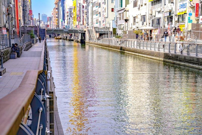 Osaka Japan - 4 Mars 2018: Turister och det lokala folket var omkring cannel nära den Shinsaibashisuji shoppinggatan, någon vänta royaltyfri foto