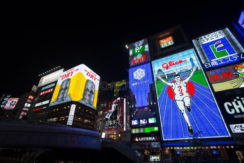 OSAKA, JAPAN - MEI 16 het Glico-Mensen lichte aanplakbord en andere lichte vertoningen op 16 Mei, 2014 in Dontonbori, het gebied  royalty-vrije stock afbeelding