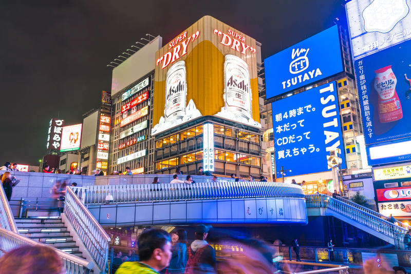 OSAKA, JAPAN - 19 NOV. 2016: Groep de mensen die aan shopp lopen stock foto
