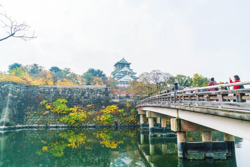 OSAKA JAPAN - NOVEMBER 20: Besökare som trängas ihop på Osaka Castle Park I royaltyfri bild