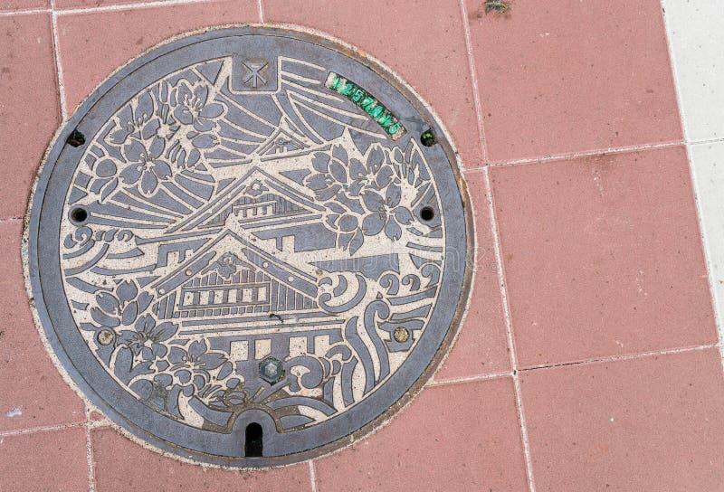OSAKA JAPAN - NOVEMBER 21, 2016: Dekorativ manhålräkning i Osaka arkivbilder