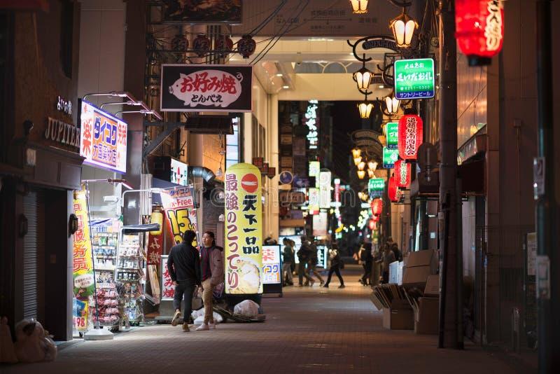 Osaka, Japan - November 2 2018: Japanse mensen in een het winkelen straat, Osaka, Japan royalty-vrije stock foto