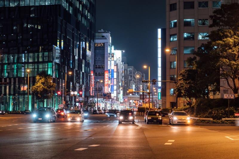 Osaka Japan - November 10 2017: Stads- trafik med byggande skyscaper exponerad i centrum på skymning royaltyfria foton