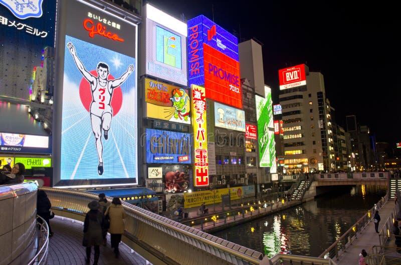 OSAKA, JAPON - 9 DÉCEMBRE 2015 : Le panneau d'affichage d'homme de Glico et d'autres affichages légers images stock