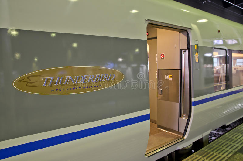 OSAKA, JAPON - 10 DÉCEMBRE 2015 : Un train de Thunderbird image stock