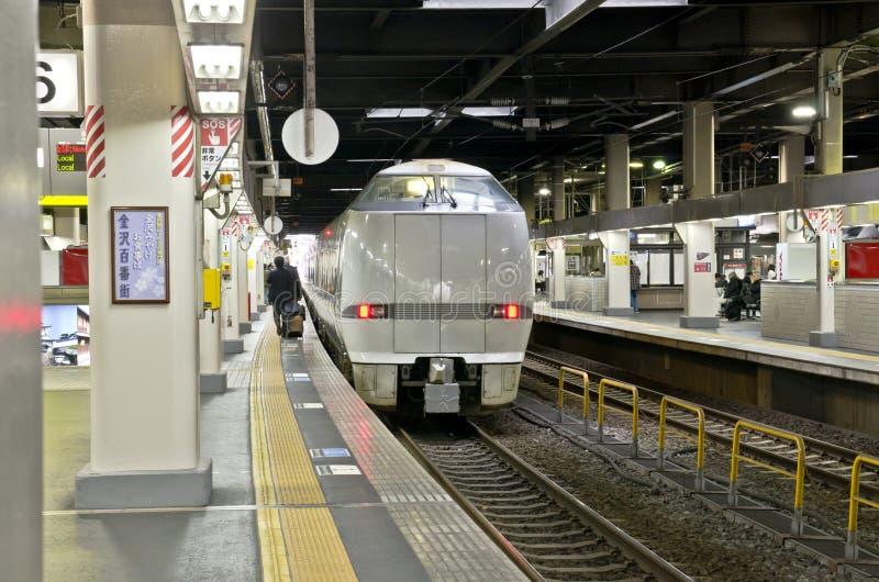 OSAKA, JAPON - 10 DÉCEMBRE 2015 : Un train de Thunderbird images stock