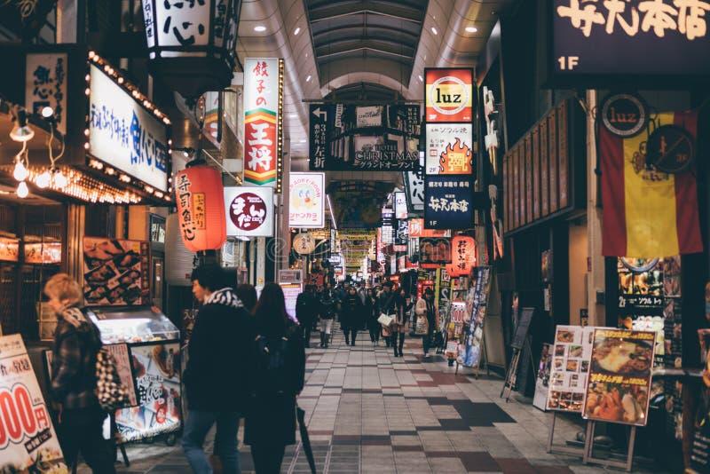 OSAKA, JAPON - 17 janvier 2018 : Les gens faisant des emplettes chez Hankyu Hig images stock