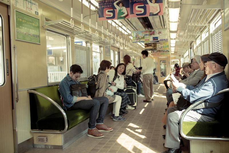 Osaka Japon - november5,2018 : le peuple japonais non identifié embarquant sur des trains de hunkyo raye à Osaka Japon photos stock