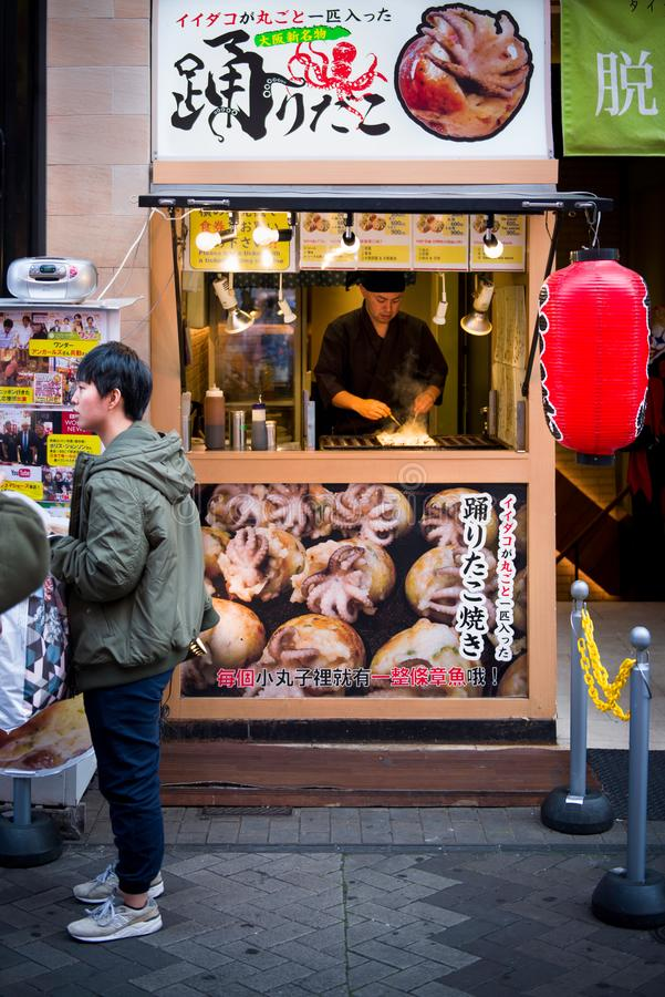 Osaka, Japon - 2 novembre 2018 : Chef faisant cuire des boulettes de boule de Takoyaki ou des boules de poulpe Osaka, Japon photographie stock libre de droits
