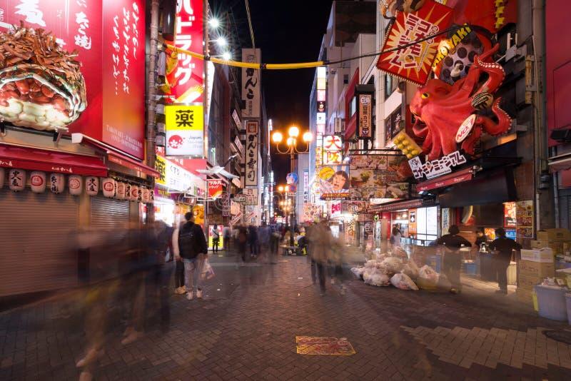 Osaka, Japon - 2 novembre 2018 : La marche de touristes dans une rue de achat a appelé la rue de Dotonbori Région de Namba Dotonb images libres de droits