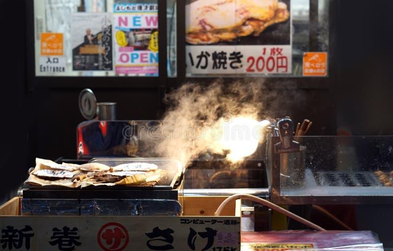Osaka, Japon - poulet japonais de skrewer de nourriture de rue photos stock