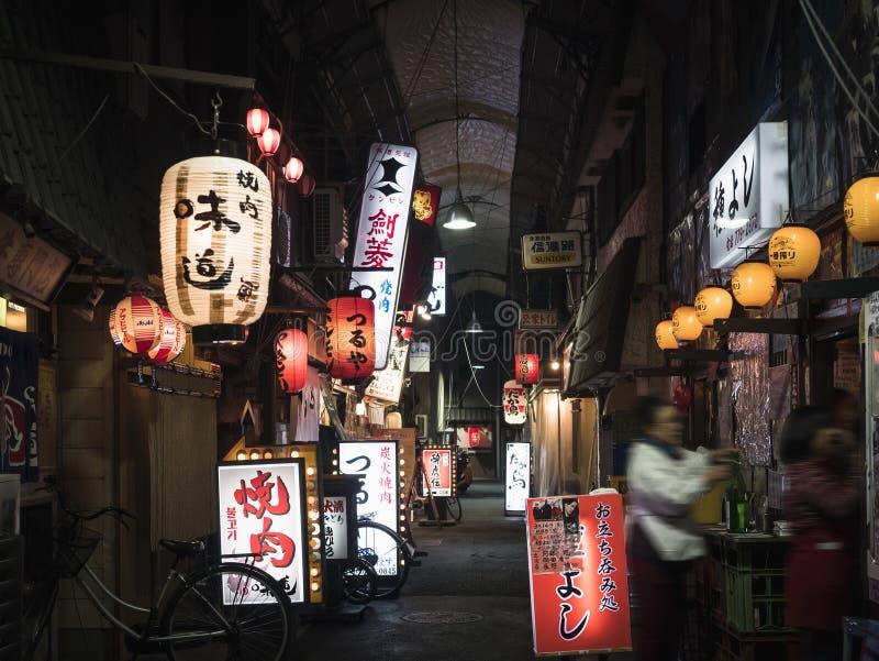 OSAKA JAPONIA, APR, - 19, 2017: Restauraci ulicy sklepu Prętowy znak fotografia royalty free
