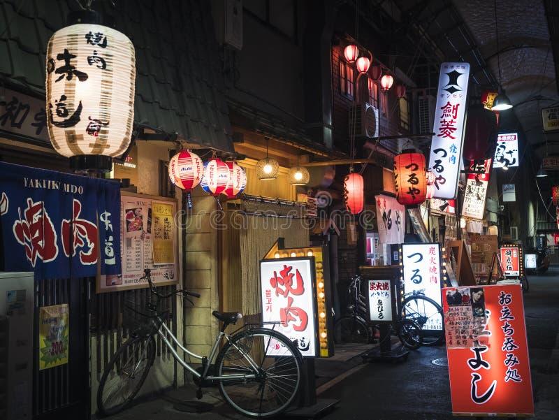OSAKA JAPONIA, APR, - 19, 2017: Restauraci ulicy sklepu Prętowy znak Japonia fotografia royalty free
