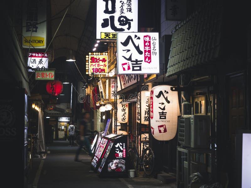 OSAKA JAPONIA, APR, - 19, 2017: Restauraci ulicy sklepu Prętowy znak Osaka zdjęcie stock